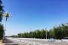 一条雄州路正南正北,贯穿着雄县,天空幽蓝,街道整洁